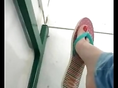Candid teen dangling flat flip flops in the school escola chinelos